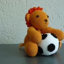 Voetbal leeuw en losse voetbal