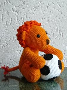 P1020834leeuw met voetbal